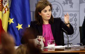 Las TV apelan 'in extremis' a Sáenz de Santamaría para retener canales