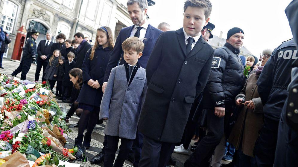 Foto: La familia viendo las muestras de cariño en Amalienborg. (Reuters)