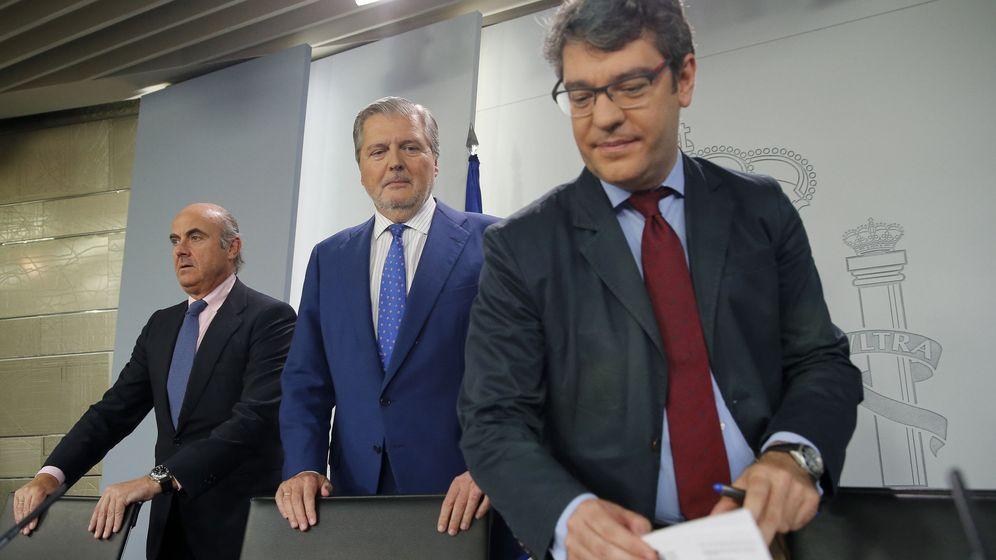 Foto: El ministro de Economía y Competitividad, Luis de Guindos (i); el portavoz del Gobierno, Íñigo Méndez de Vigo (c), y el ministro de Energía, Turismo y Agenda Digital, Álvaro Nadal. (EFE)