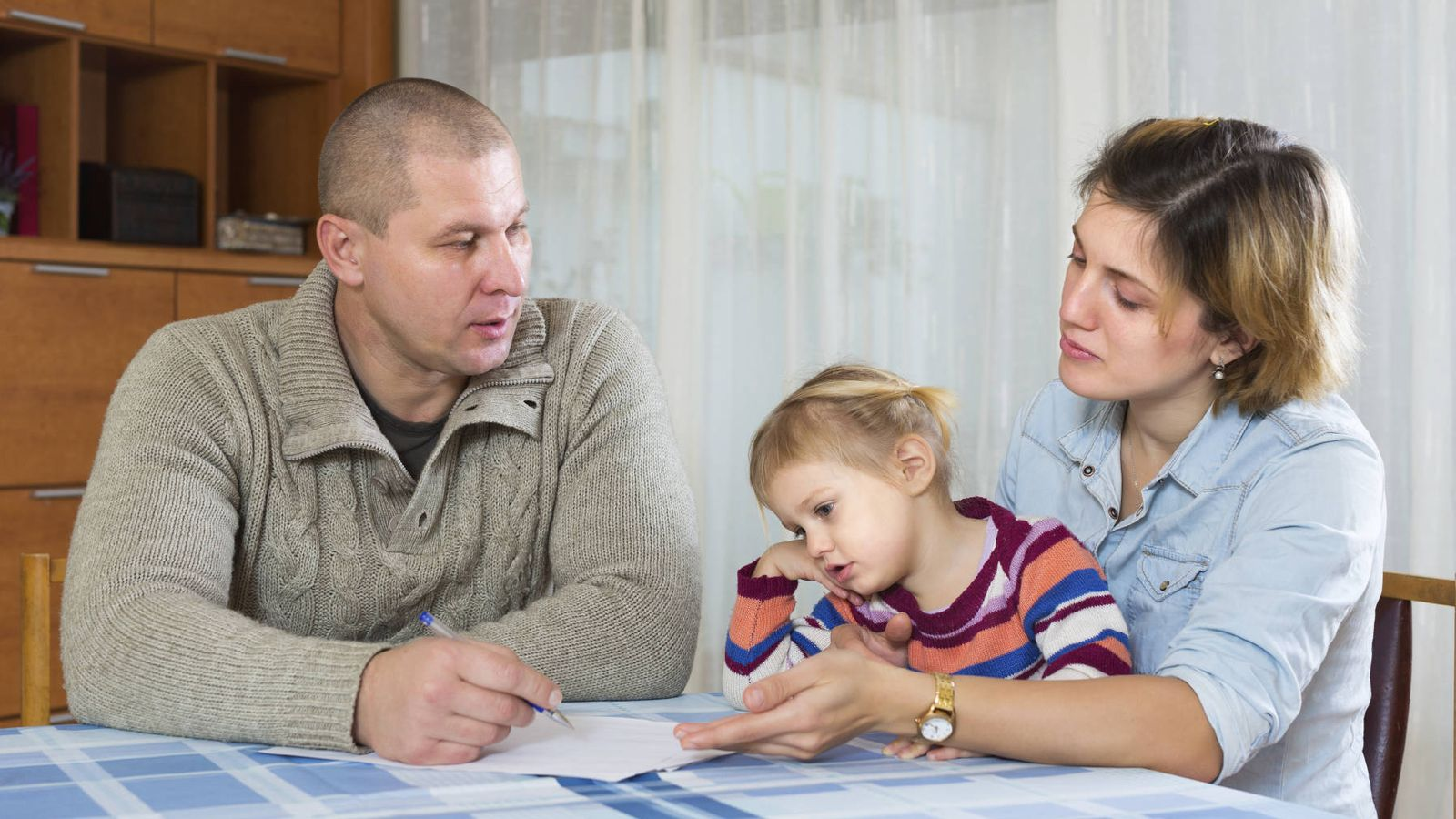 Foto: Lo ideal es que padre y madre expliquen a los hijos la nueva situación. (iStock)