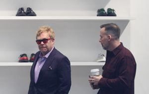 Elton John y David Furnish, una pareja de 'shopping' por Los Ángeles