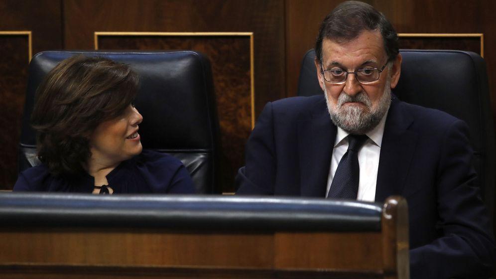 Foto: Mariano Rajoy escucha a la oposición durante la moción de censura.