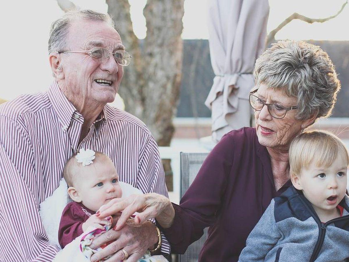 Foto: Abuelos con sus nietos (Pixabay)