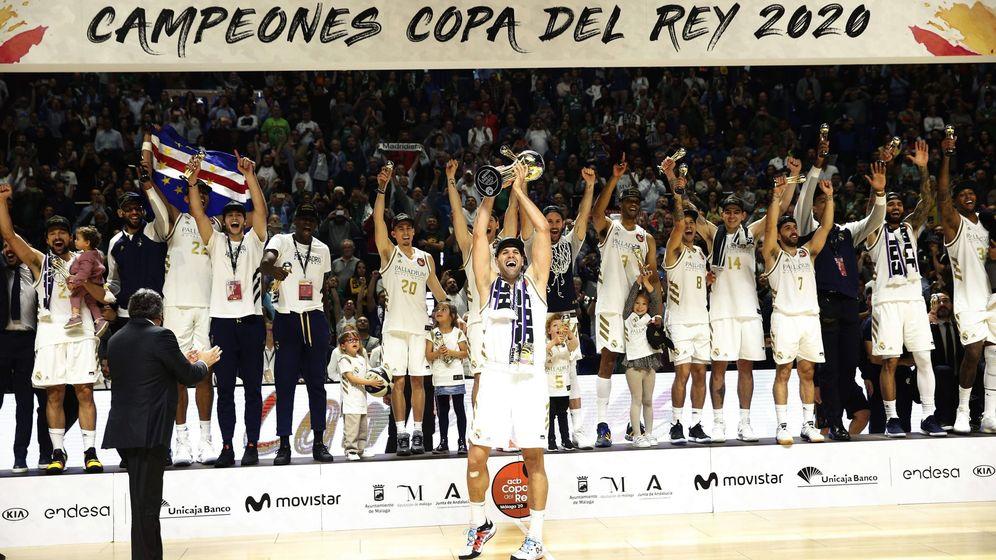 Foto: Felipe Reyes levantando la Copa del Rey. (EFE)