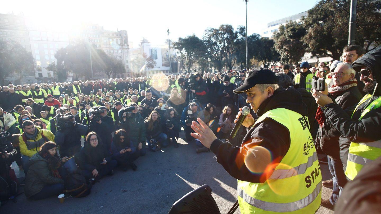 El portavoz de Élite Taxi, Tito Alvarez, se dirige a sus compañeros durante la asamblea que los taxistas han celebrado hoy martes en Plaza de Cataluña, en Barcelona. (EFE)