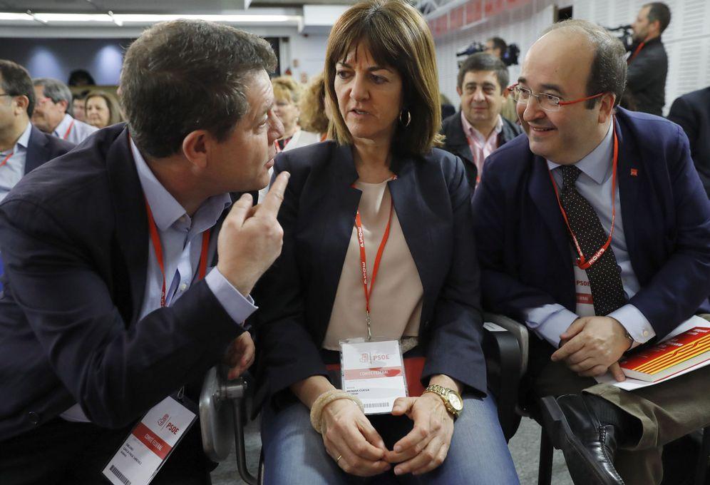 Foto: Emiliano García-Page, charlando con la vasca Idoia Mendia y el catalán Miquel Iceta, este 1 de abril durante el comité federal del PSOE. (EFE)