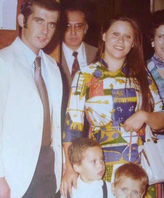 Foto: Paco León cuando era un niño con sus padres. (Instagram)