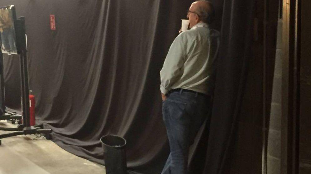 Foto: Jaume Roures pasó varias horas de pie observando los enormes monitores instalados en el Centro Internacional de Prensa. (EC)