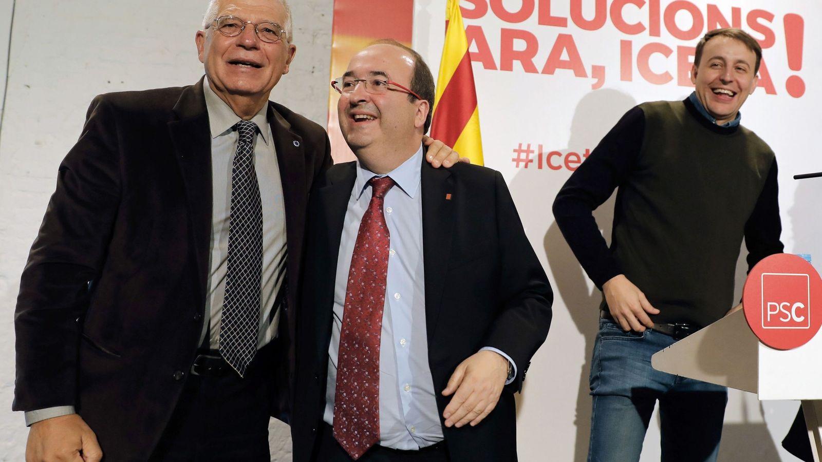 Foto: Miquel Iceta, junto al exministro Pepe Borrell y el eurodiputado Javi López, este 21 de diciembre en Barcelona. (EFE)