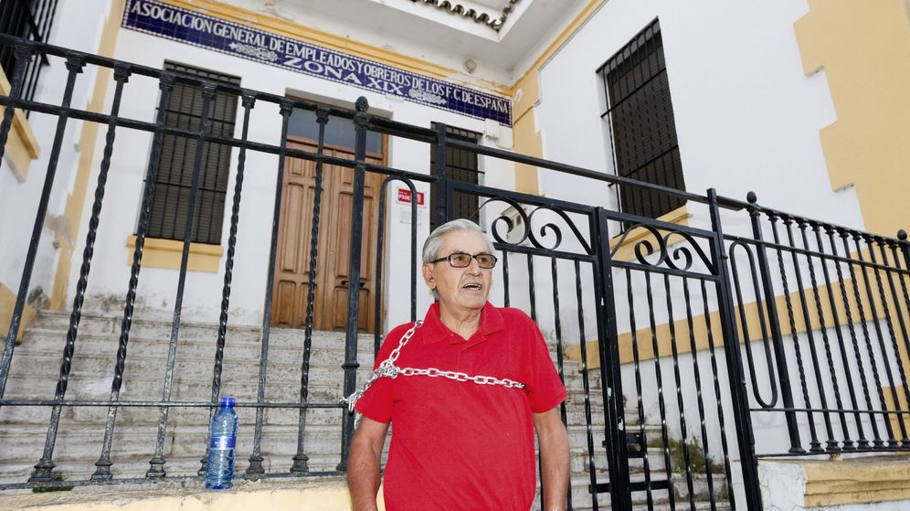 Foto: Francisco Gómez, militante del PSOE desde hace 40 años. (EFE)