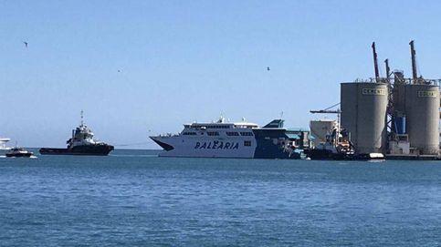 Un transbordador colisiona contra un dique en el puerto de Málaga