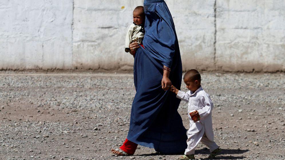 Foto: Foto de archivo de una madre pakistaní con sus dos hijos. (Reuters)