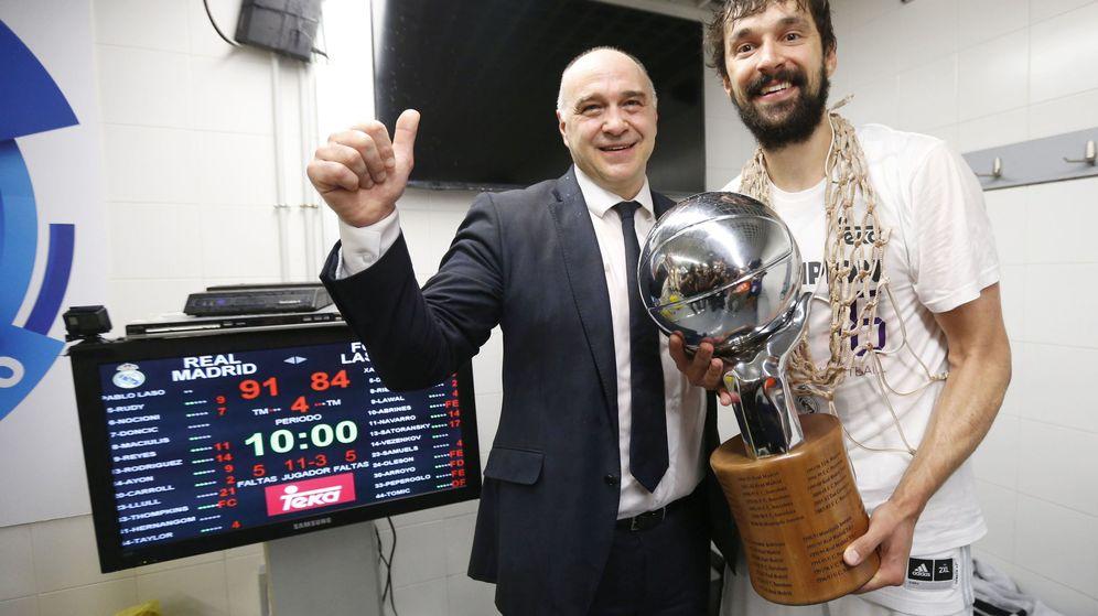Foto: Laso y Llull posan con el título de campeones (Juan Carlos Hidalgo/EFE)