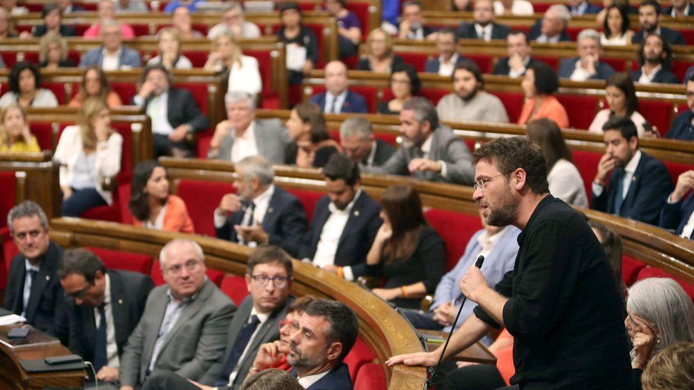 Foto: El lider de Podem en el Parlament, Albano Dante, durante su intervención en la sesión donde se ha aprobado la ley del referéndum. (EFE)