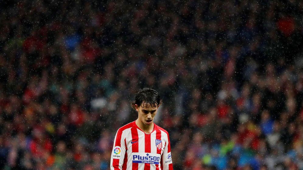 Foto: Joao Félix, siendo sustituido este domingo ante el Barça. (Reuters)