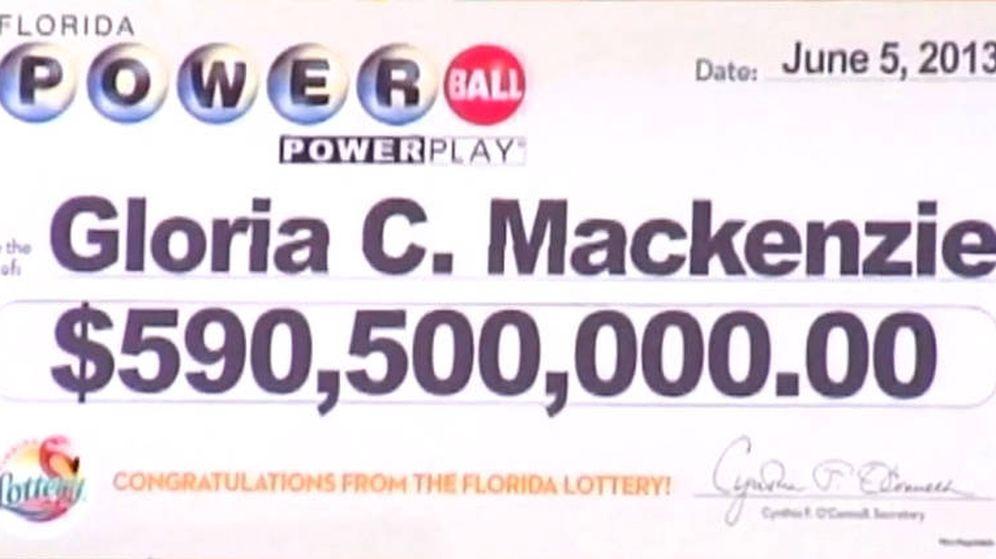 Foto: El cheque gigante que se entregó a Gloria MacKenzie tras ganar la lotería en 2013