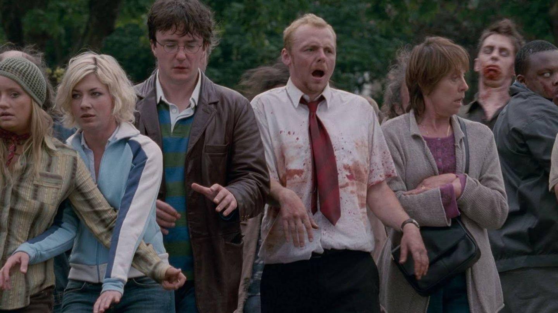 Simon Pegg intenta mimetizarse con una horda zombi en 'Shaun of the Dead'. (Universal)