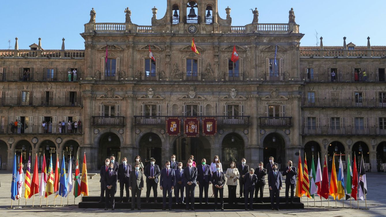Foto: El rey Felipe, junto a Sánchez y los presidentes autonómicos, hoy en Salamanca. (EFE)