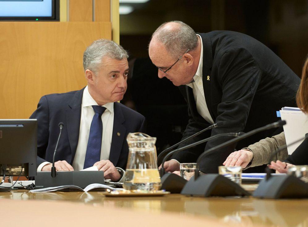 Foto: Urkullu dialoga con Joseba Egibar en su comparecencia en el Parlamento Vasco el 18 de febrero para dar explicaciones sobre el derrumbe de Zaldibar. (EFE)