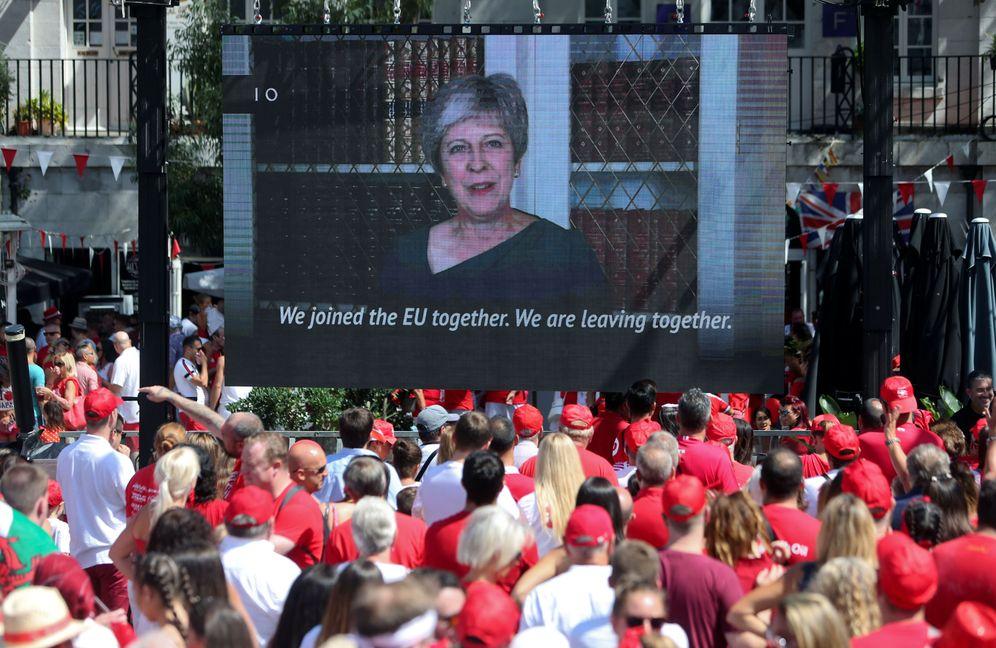 Foto: GIbraltareños siguen la retransmisión de un discurso de May, el 10 de septiembre de 2018. (Reuters)