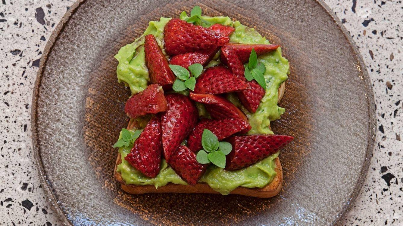 Foto: Tostada de brioche con aguacate y fresas. (Aüakt)