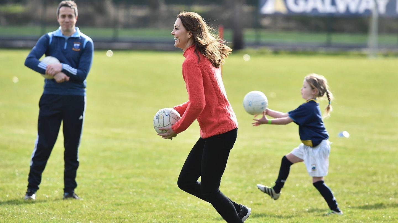 La duquesa de Cambridge, jugando con unos niños. (Getty)