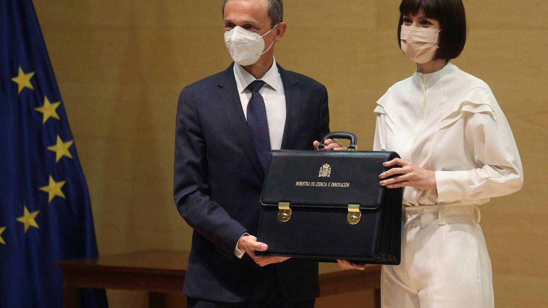Pedro Duque con Diana Morant, la nueva ministra de Ciencia e Innovación. (EFE)