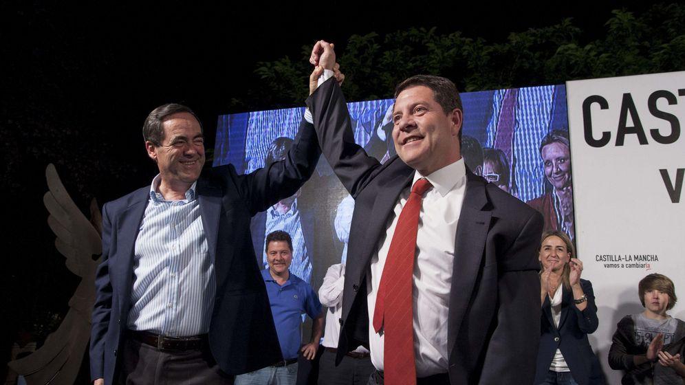 Foto: El candidato del PSOE a la presidencia de Castilla La Mancha, Emiliano Garcia Page, celebra su victoria en las elecciones junto al expresidente de la comunidad, José Bono. (Efe)