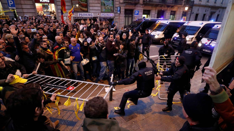 Enfrentamientos entre los Mossos d'Esquadra y los manifestantes independentistas en los aledaños del Palau de la Música. (Reuters)