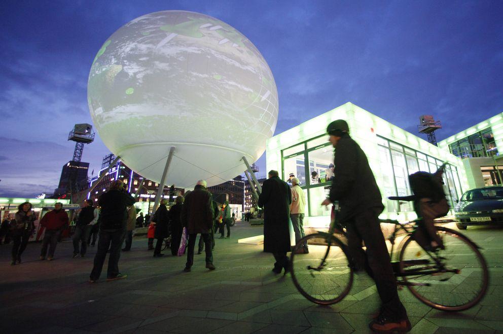 Foto: Daneses observan una exposición interactiva en el centro de Copenhague, en una imagen de archivo (Reuters).