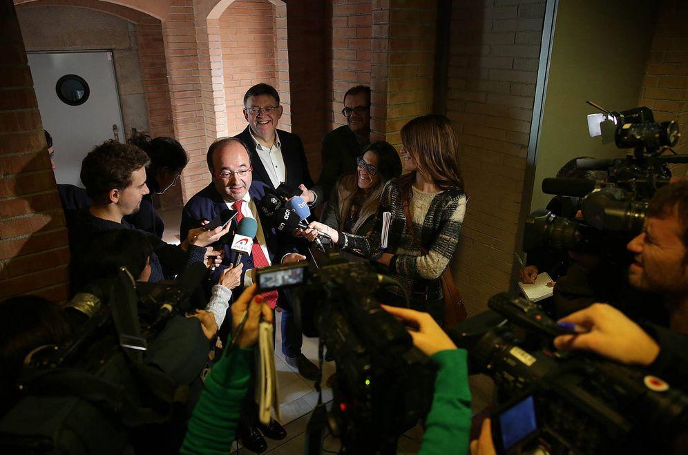 Foto: Miquel Iceta, candidato del PSC, atiende a los medios con el 'president' valenciano, el socialista Ximo Puig, este 2 de diciembre en Barcelona. (Jordi Play   PSC)