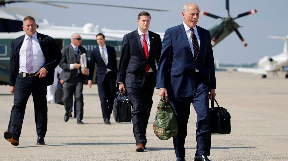 Foto: El nuevo jefe de gabinete, J. Kelly, a punto de embarcar a bordo del Air Force One desde la base aérea de Maryland. (Reuters)