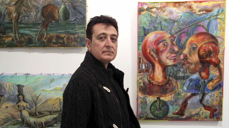 Manolo García con varias de sus obras. (EFE)