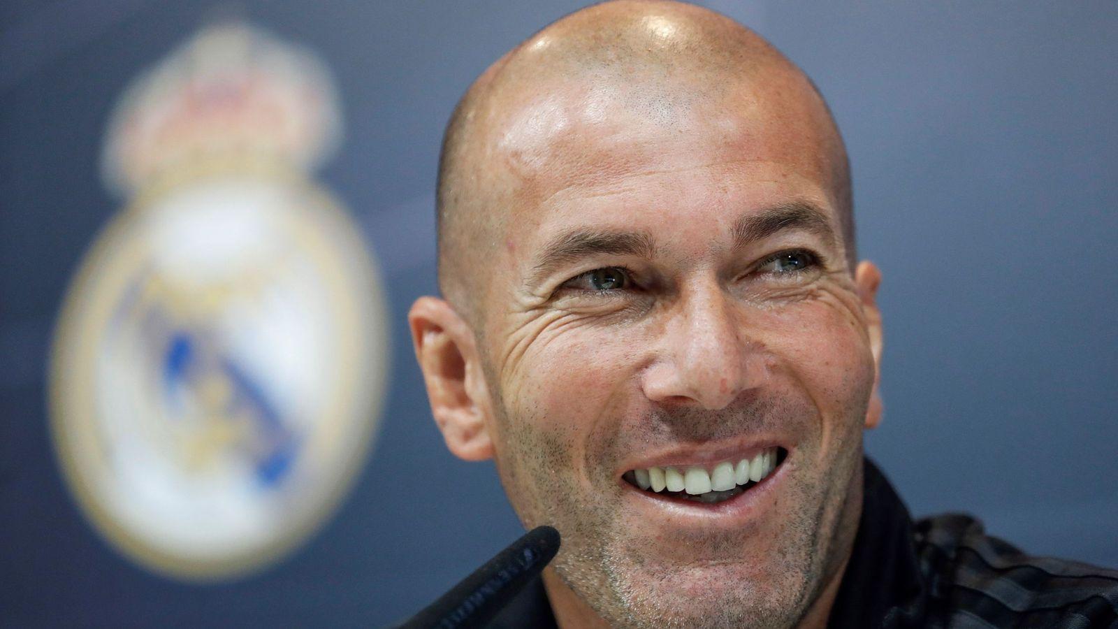 Foto: Zidane, sonriente, antes del último partido de Liga del Real Madrid en el Bernabéu contra el Celta. (EFE)