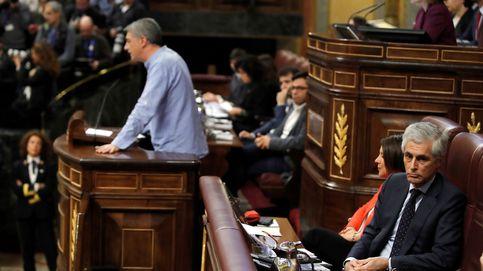 Suárez Illana lee un libro sobre ETA mientras habla un diputado de Bildu