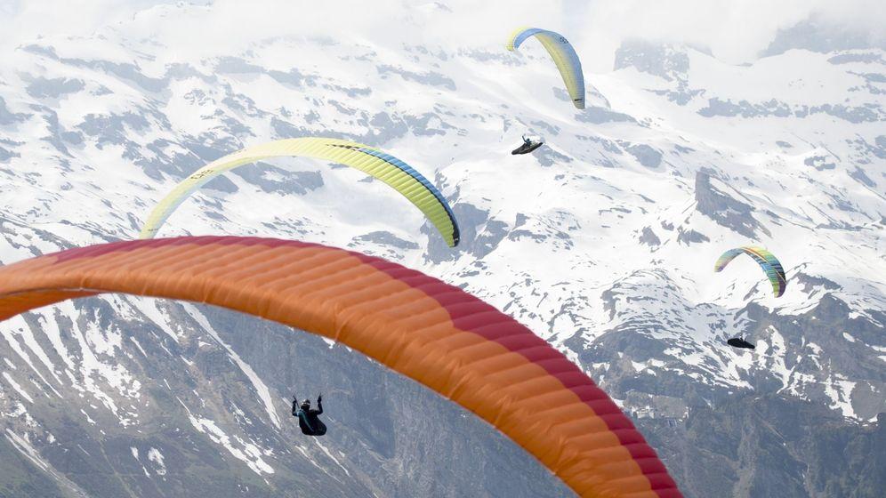Foto: Parapentistas surcando el cielo. (EFE)