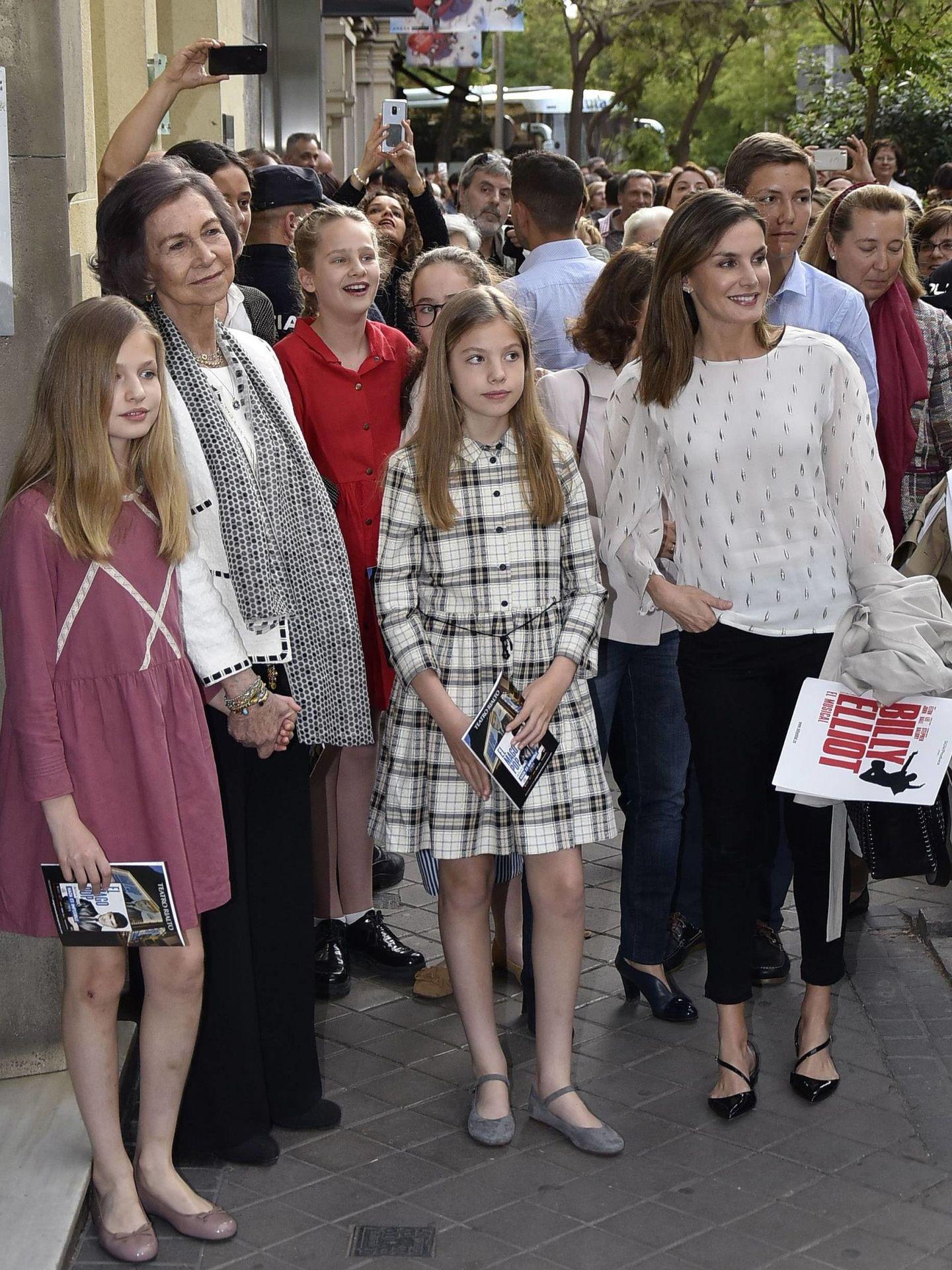 La reina Sofía con sus nietas: Leonor, Sofía e Irene (de rojo) y la reina Letizia. (Cordon Press)