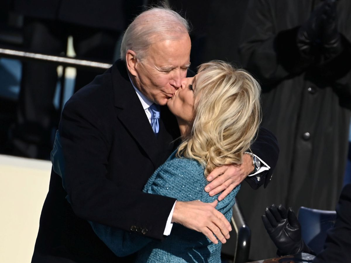 Foto: El romántico beso de los Biden. (Reuters)