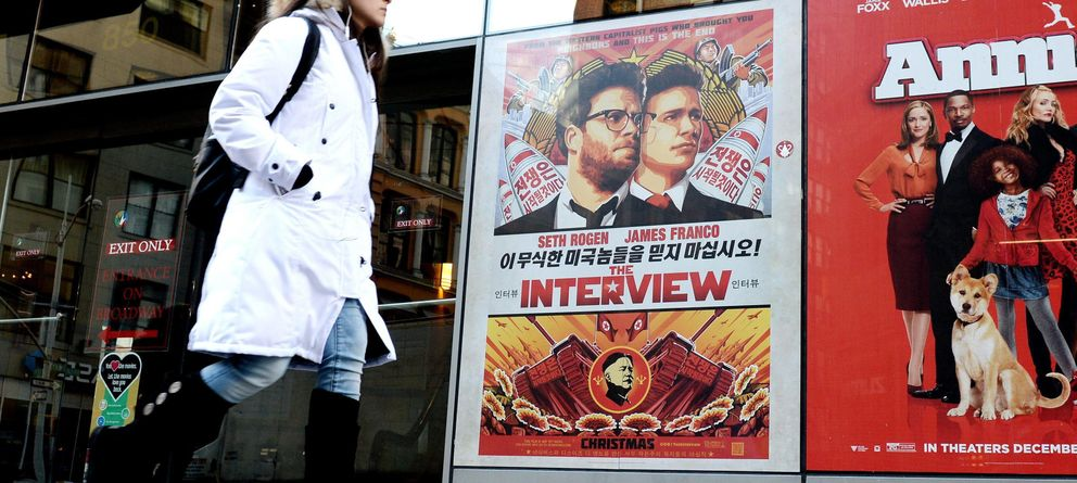 Foto: Vista de un cartel promocional de la película The Interview en el teatro Regal de Nueva York (Efe).