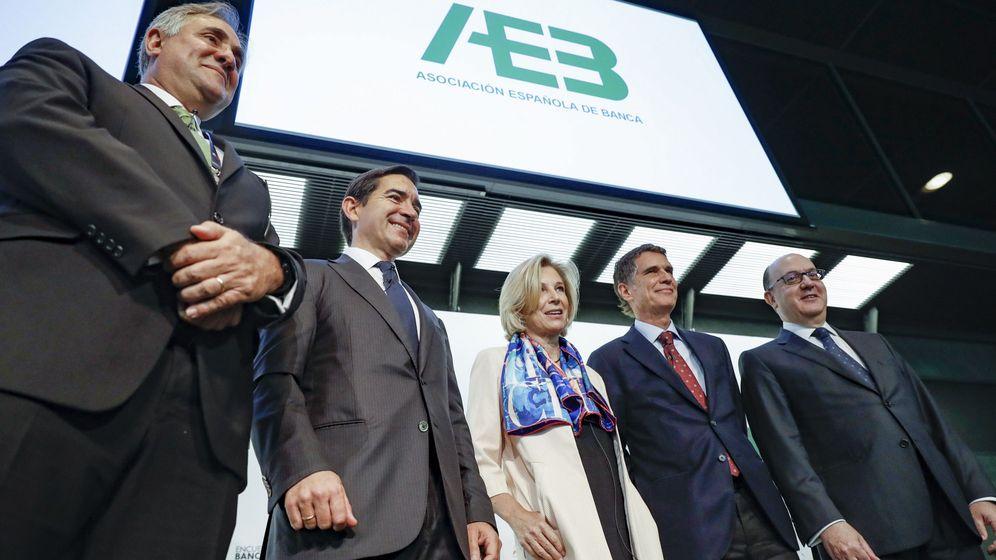 Foto: El presidente de BBVA, Carlos Torres (2i), y el consejero delegado de Banco Sabadell, Jaime Guardiola (2d). (EFE)