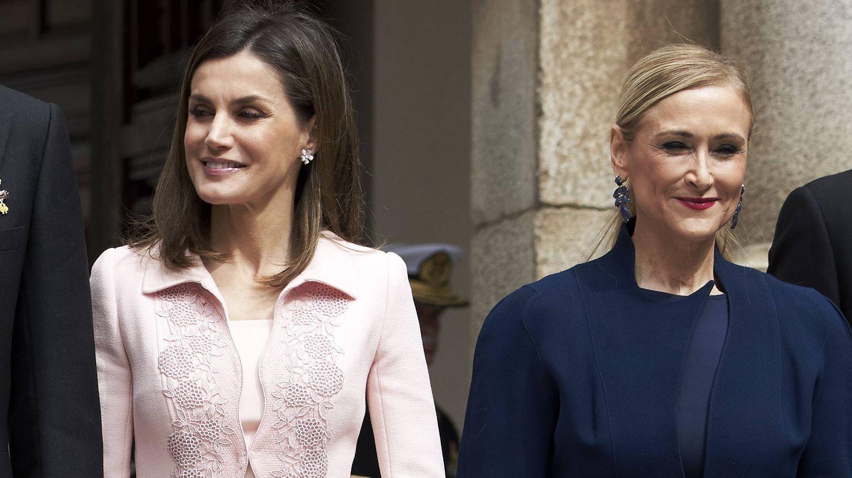 Cifuentes, con la reina Letizia poco antes de su dimisión. (Getty)