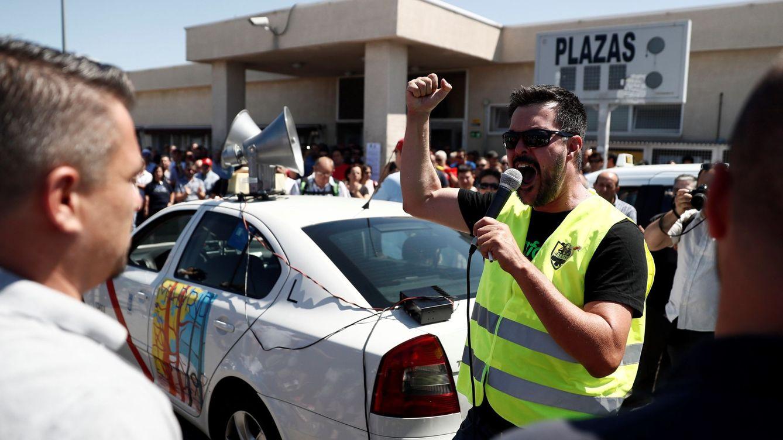 Foto: Taxistas concentrados en la asamblea celebrada hoy en las inmediaciones del aeropuerto Adolfo Suárez Madrid-Barajas. (EFE)