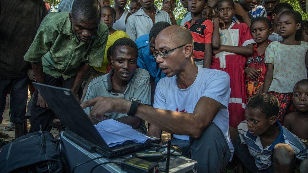 Foto: Raphael Brechard, director del SIG, explica la comunidad local el plan de vuelo de un dron en una isla de Malawi. Foto: Morgana Wingard