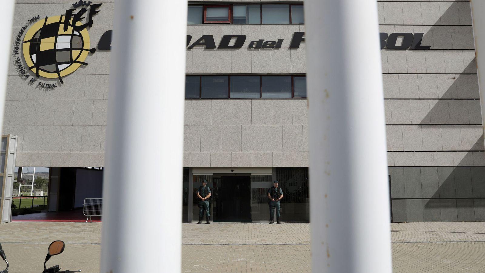 Foto: Agentes de la Guardia Civil custodian el acceso principal de la sede de la Federación Española de Fútbol (RFEF), en Las Rozas. (EFE)