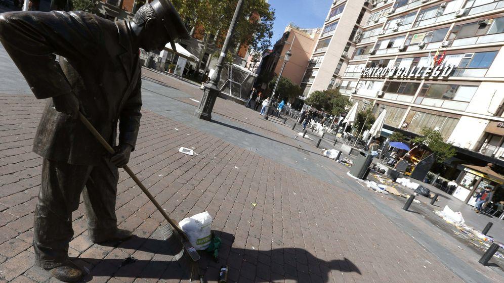 Foto: Vista de la escultura 'El barrendero de Jacinto Benavente', en Madrid (EFE)