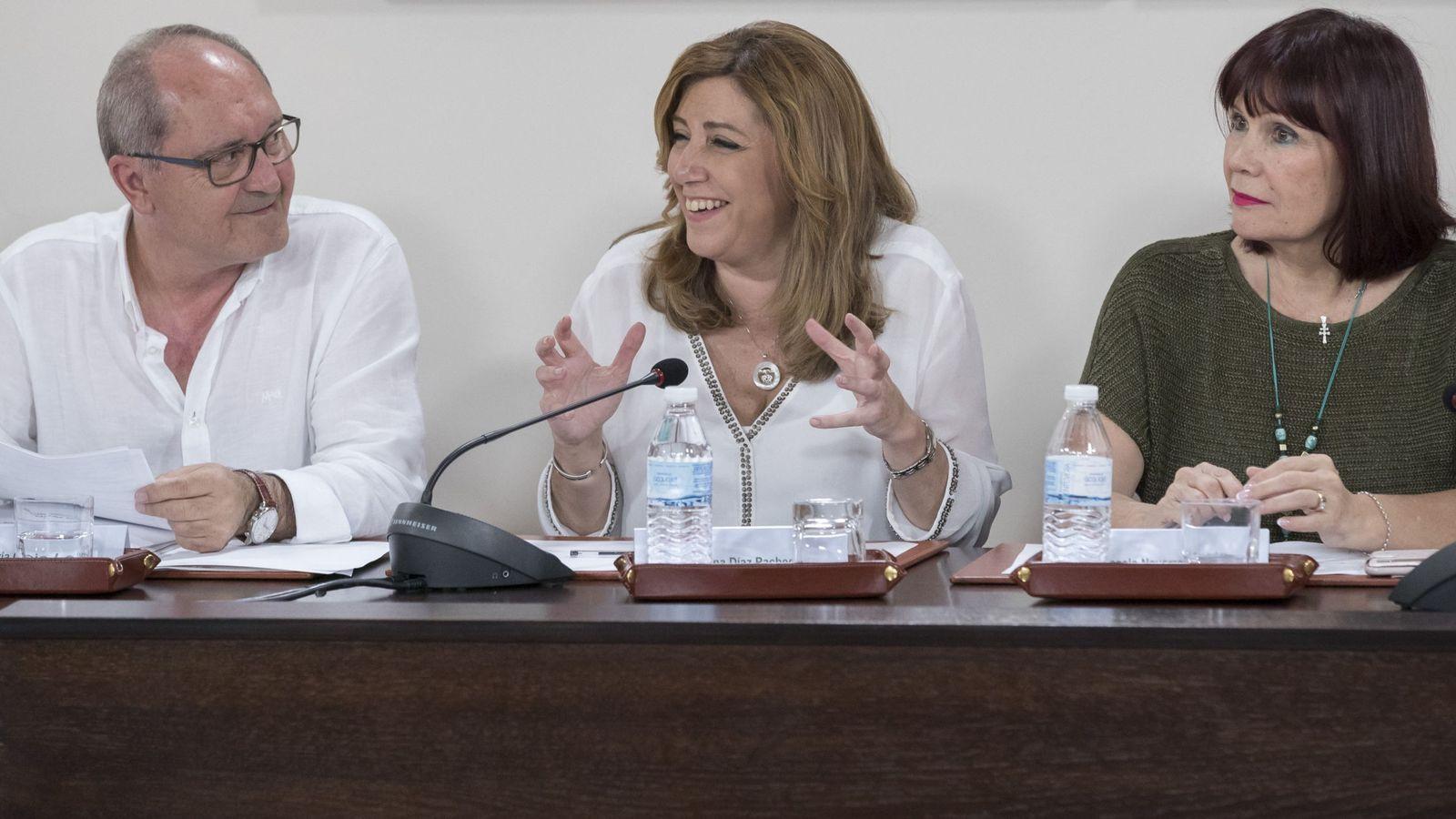 Foto: Susana Díaz, con Micaela Navarro y el secretario de Organización del PSOE-A, Juan Cornejo, en la ejecutiva de este 23 de mayo. (EFE)
