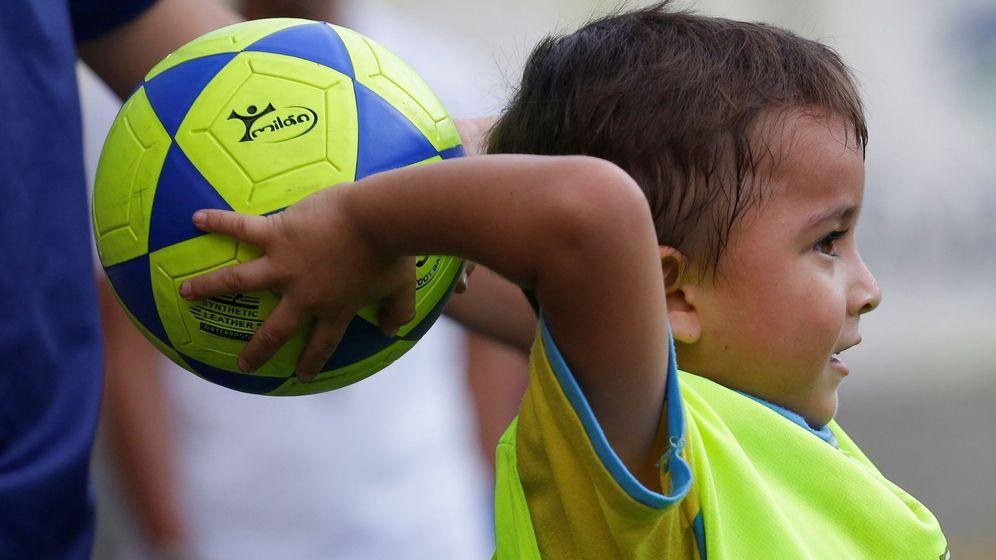 Foto: Un niño realizando un saque de banda. (EFE)