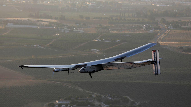 Foto: El Solar Impulse 2 esta mañana en su aproximación a Sevilla. (Foto: Reuters)