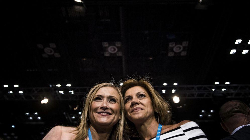 Foto: La secretaria general, María Dolores de Cospedal (d), y la presidenta de la Comunidad de Madrid, Cristina Cifuentes. (EFE)