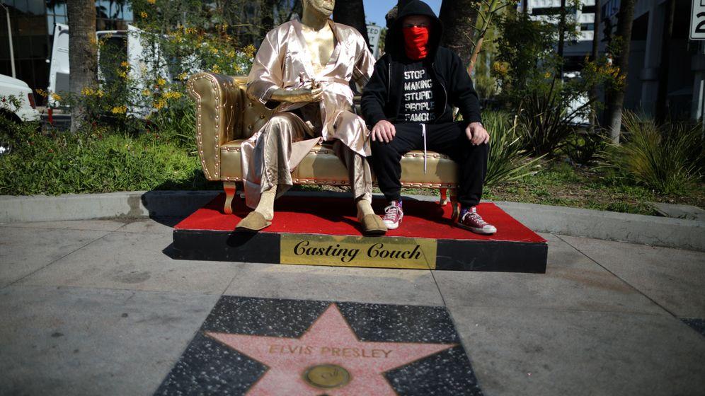 Foto: Estatua de oro de Harvey Weinstein instalada junto al teatro donde se entregan los Oscar   Reuters